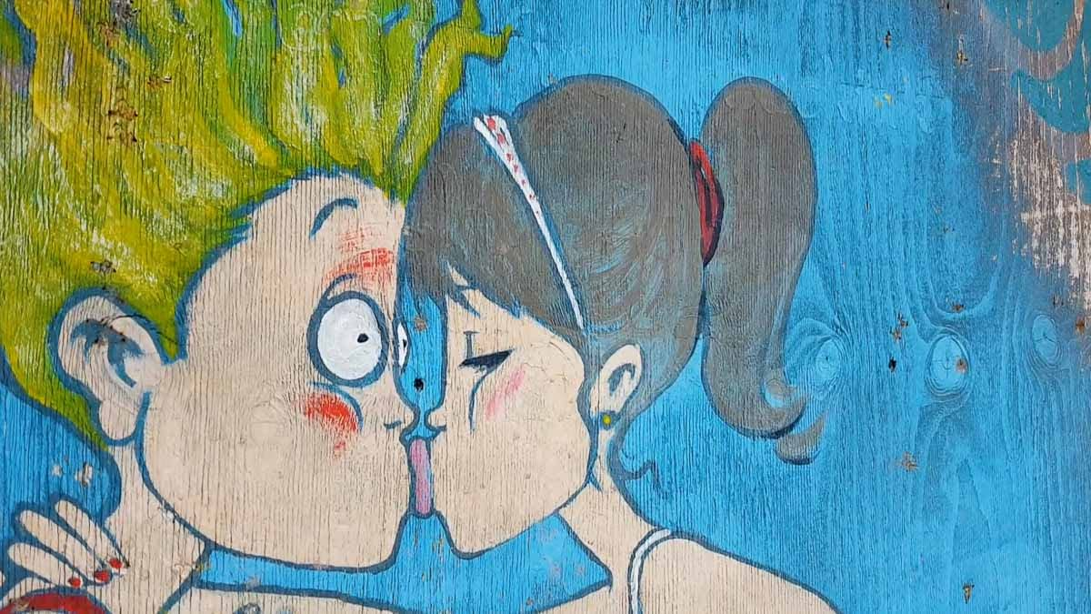 boy-and-girl-kissing-wall-painting